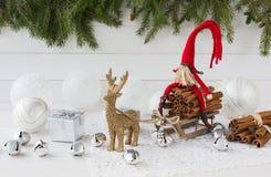 Composición de la Navidad con el árbol de la caja de regalo, de abeto de la Navidad, el gnomo y los ciervos Año Nuevo Imagenes de archivo