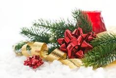 Composición de la Navidad con el arco, la cinta y la rama del regalo de Cristo Foto de archivo