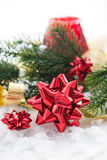 Composición de la Navidad con el arco, la cinta y la rama del regalo de Cristo Imagen de archivo