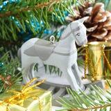 Composición de la Navidad con el caballo mecedora de madera del juguete Fotografía de archivo