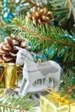 Composición de la Navidad con el caballo mecedora de madera del juguete Imagenes de archivo
