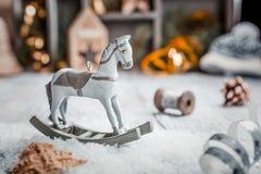 Composición de la Navidad con el caballo mecedora de madera del juguete Imagen de archivo libre de regalías