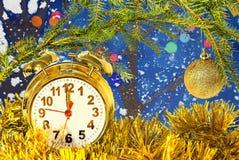 Composición de la Navidad con el despertador y los ornamentos Foto de archivo