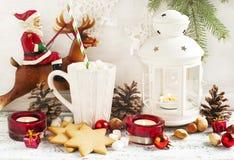 Composición de la Navidad con el pan de jengibre y las velas Imágenes de archivo libres de regalías