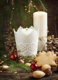 Composición de la Navidad con el pan de jengibre y las velas Foto de archivo