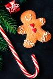 Composición de la Navidad con el regalo de la Navidad, cooki del hombre de pan de jengibre Imagenes de archivo