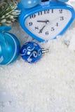 Composición de la Navidad con el reloj azul Fotografía de archivo