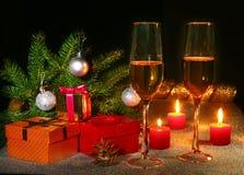 Composición de la Navidad con el vidrio del vino o del coñac chispeante, velas de la Navidad, bolas coloridas, caja del champán d Fotos de archivo