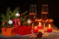 Composición de la Navidad con el vidrio del vino o del coñac chispeante, velas de la Navidad, bolas coloridas, caja del champán d Fotografía de archivo libre de regalías