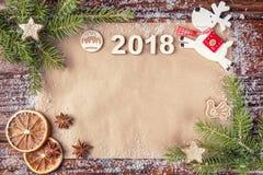 Composición de la Navidad con la fecha del año 2018 en el papel del vintage en el ascendente del bastidor Ramas Spruce, endecha p Foto de archivo libre de regalías