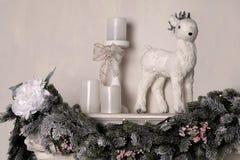 Composición de la Navidad con la figura de los ciervos adornados por Año Nuevo Foto de archivo