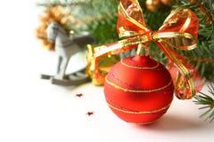 Composición de la Navidad con la bola roja y decoración sobre blanco Imagen de archivo libre de regalías