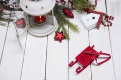 Composición de la Navidad con la caja y las decoraciones de regalo Imagen de archivo libre de regalías