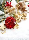 Composición de la Navidad con la decoración de oro del und rojo de las bolas Imagenes de archivo