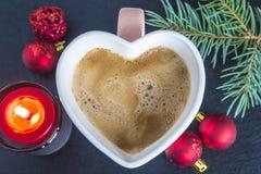 Composición de la Navidad con la taza de café en la forma de corazón, burni Imagen de archivo libre de regalías