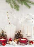 Composición de la Navidad con la taza de chocolate caliente con la melcocha Foto de archivo libre de regalías
