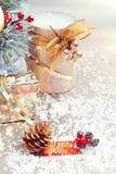 Composición de la Navidad con las decoraciones del boxand del regalo Imágenes de archivo libres de regalías