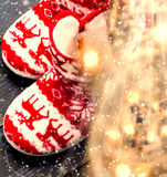 Composición de la Navidad con las decoraciones en el blanco de madera oscuro b Fotografía de archivo
