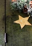 Composición de la Navidad con las decoraciones en el blanco de madera oscuro b Foto de archivo