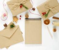 Composición de la Navidad con las decoraciones, regalos llenos Fotografía de archivo