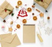 Composición de la Navidad con las decoraciones, regalos llenos Imagen de archivo