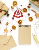 Composición de la Navidad con las decoraciones, regalos llenos Fotos de archivo libres de regalías