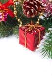 Composición de la Navidad con las decoraciones y la caja de regalo roja Fotos de archivo libres de regalías