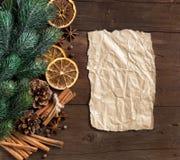 Composición de la Navidad con las especias y el papel Foto de archivo libre de regalías
