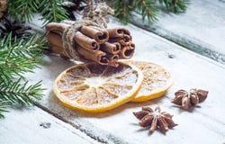Composición de la Navidad con las estrellas del anís, los conos del pino y la naranja secada Imagenes de archivo