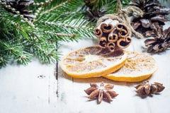 Composición de la Navidad con las estrellas del anís, los conos del pino y la naranja secada Imágenes de archivo libres de regalías