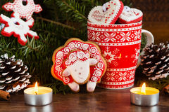 Composición de la Navidad con las ovejas rojas del pan de jengibre Año del Sh Imagen de archivo libre de regalías