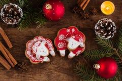 Composición de la Navidad con las ovejas rojas del pan de jengibre Año del Sh Imagenes de archivo