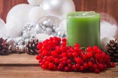 Composición de la Navidad con las velas y el viburnum Imágenes de archivo libres de regalías