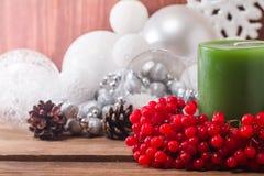 Composición de la Navidad con las velas y el viburnum Fotos de archivo libres de regalías