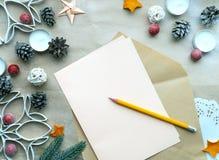 Composición de la Navidad con la lista de objetivos vacía y ornamentos en fondo del papel del arte con el espacio libre imágenes de archivo libres de regalías