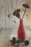 Composición de la Navidad con los conos del pino en la rama Fotografía de archivo
