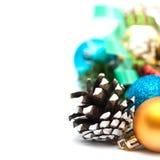 Composición de la Navidad con los conos y las bolas del pino Fotos de archivo libres de regalías