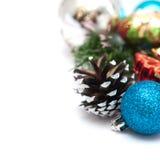 Composición de la Navidad con los conos y las bolas del pino Fotografía de archivo