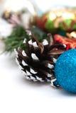 Composición de la Navidad con los conos y las bolas del pino Imagen de archivo libre de regalías