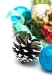 Composición de la Navidad con los conos y las bolas del pino Imagen de archivo