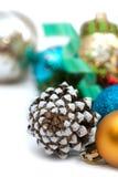 Composición de la Navidad con los conos y las bolas del pino Foto de archivo libre de regalías