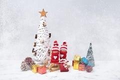 Composición de la Navidad con los gnomos de Noel y los pequeños regalos Copie el espacio Imagen de archivo libre de regalías