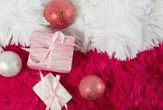 Composición de la Navidad con los juguetes y los regalos de la Navidad, en el blanco Imagen de archivo libre de regalías