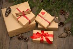 Composición de la Navidad con los presentes en fondo de madera imagen de archivo