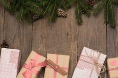 Composición de la Navidad con los presentes en fondo de madera en vint fotografía de archivo