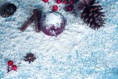 Composición de la Navidad con la manzana roja en fondo de la nieve Fotos de archivo