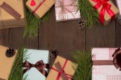 Composición de la Navidad con nueve presentes, árboles de abeto y conos del pino fotos de archivo libres de regalías
