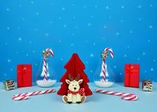 Composición de la Navidad con Papá Noel, el árbol de navidad decorativo, los regalos y los bastones de caramelo Imagenes de archivo