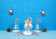 Composición de la Navidad con Papá Noel, el árbol de navidad decorativo, los regalos y los bastones de caramelo Imagen de archivo libre de regalías