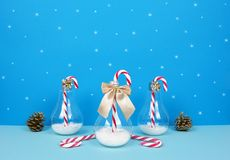 Composición de la Navidad con Papá Noel, el árbol de navidad decorativo, los regalos y los bastones de caramelo Fotos de archivo libres de regalías